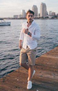 μπεζ παντελόνι κοντό άσπρο πουκάμισο άσπρα sneakers