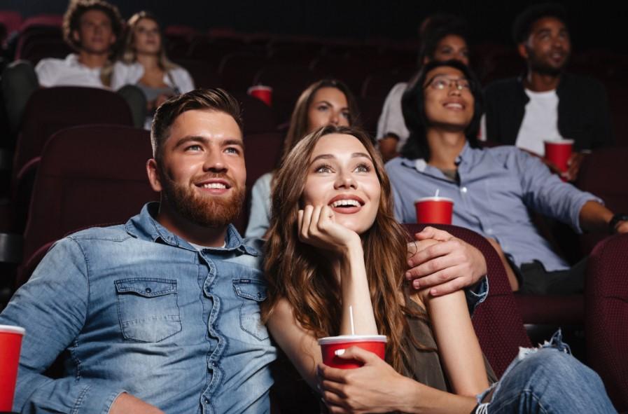 ζευγάρι αγκαλιά βλέπει ταινία στο σινεμά