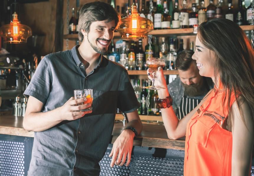 άντρας φλερτάρει μια γυναίκα σε μπαρ