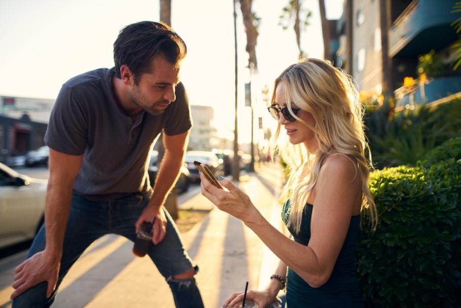 άντρας μιλά σε γυναίκα στον δρόμο