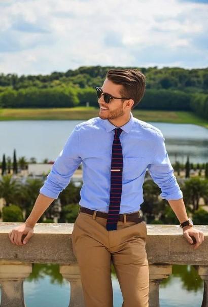 γαλάζιο πουκάμισο γραβάτα μπεζ παντελόνι στιλιστικά λάθη καλοκαίρι