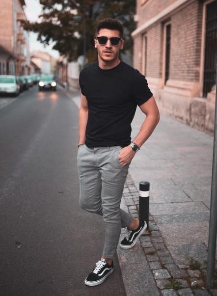 μαύρο T-shirt γκρι παντελόνι μαύρα sneakers