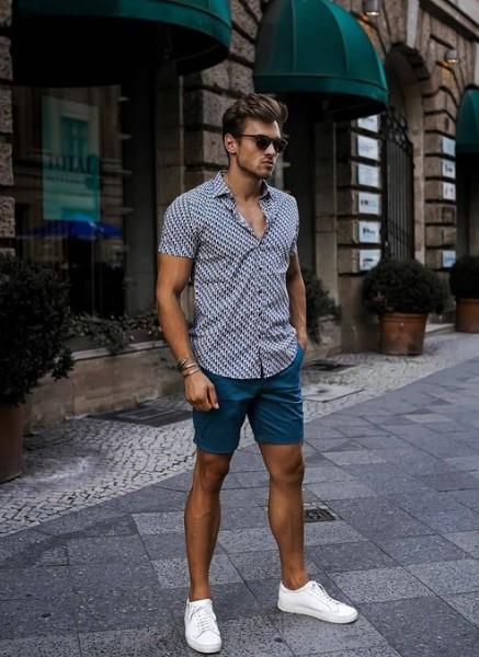 μπλε σορτς κοντομάνικο πουκάμισο άσπρα sneakers
