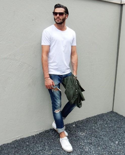 άντρας άσπρο μπλουζάκι τζιν παντελόνι