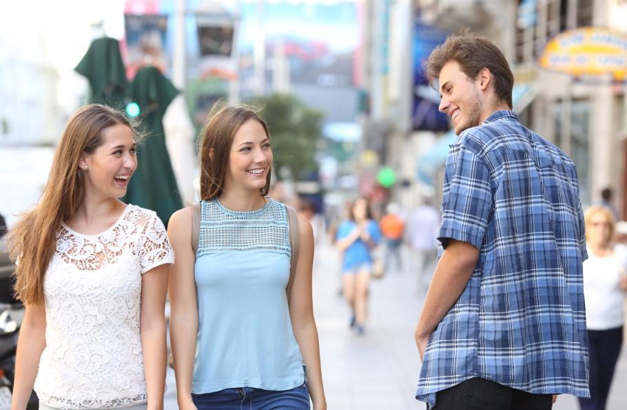 άντρας φλερτάρει με γυναίκες στον δρόμο