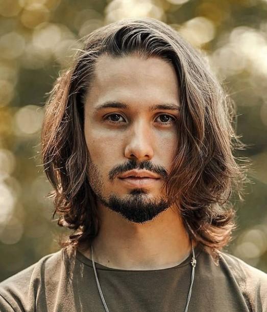 άντρας με μακρύ μαλλί