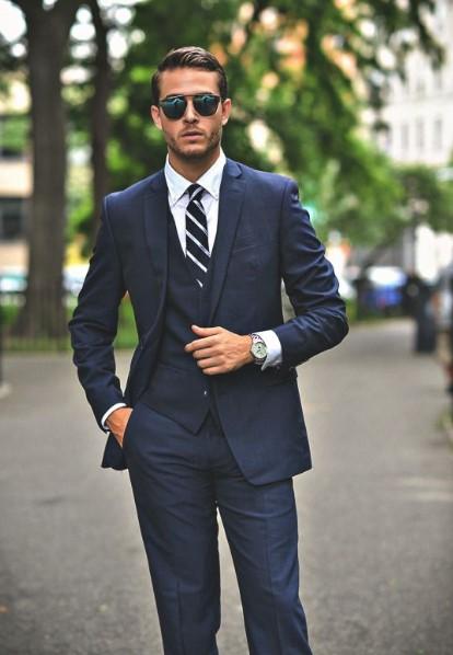 άντρας μπλε κοστούμι