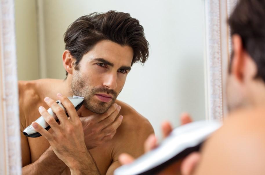 όμορφος άντρας ξυρίζεται