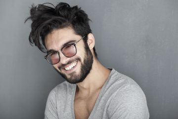 άνδρας με πυκνά μαλλιά