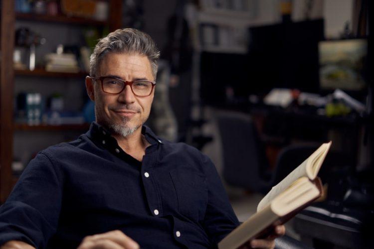άντρας κρατάει βιβλίο