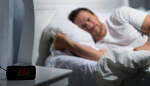 άντρας ξαπλωμένος κρεβάτι ρολόι