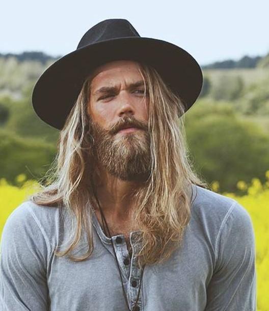 άντρας με μακριά μαλλιά