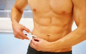 άντρας μετράει σωματικό λίπος