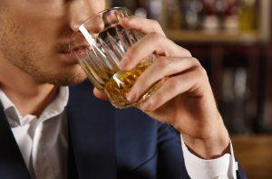 άντρας πίνει ποτό παχάκια γύρω από μέση
