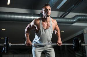 άντρας σηκώνει βάρη fitness tips