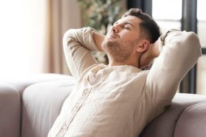 άντρας χαλαρώνει καναπέ