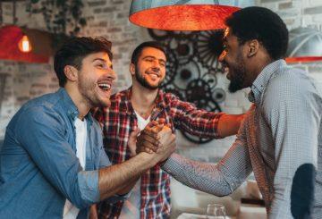 άντρες φίλοι κάνουν χειραψία
