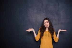 γυναίκα σηκωμένα χέρια αναποφάσιστη χειρότερα πράγματα κάνει γυναίκα