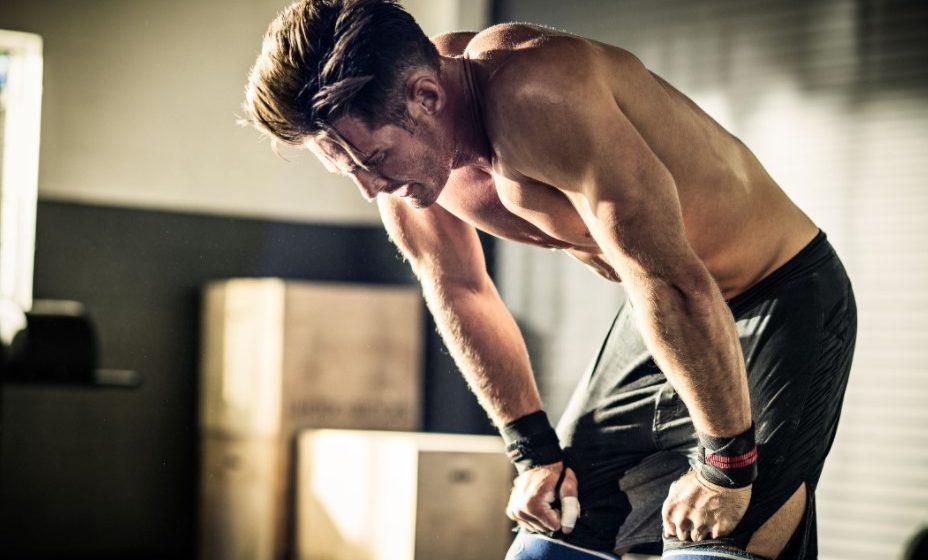 κουρασμένος άντρας προπόνηση καις μυς