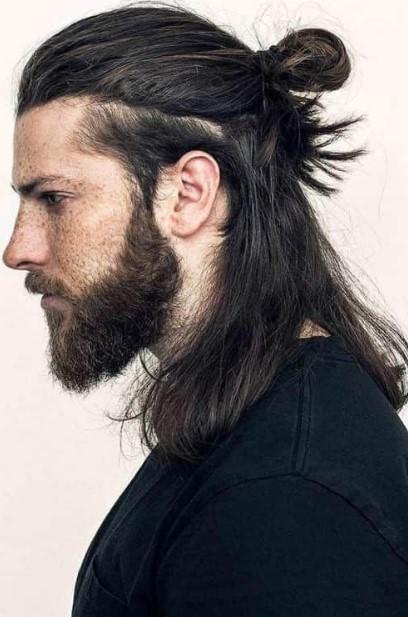 μισά μισά μαζεμένα μαλλιά σε άντρα