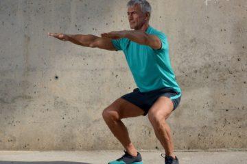 άντρας άσπρα μαλλιά κάνει κάθισμα απώλεια βάρους 50