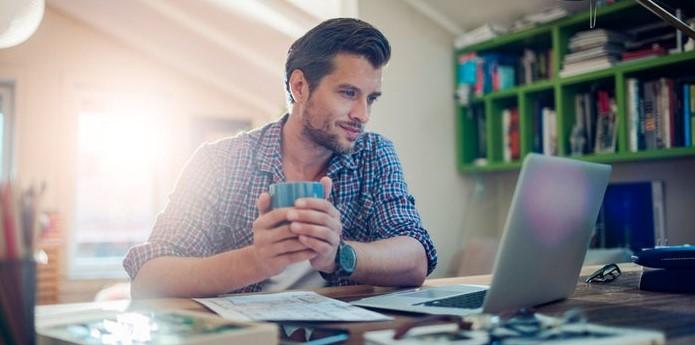 άντρας δουλεύει υπολογιστή upwork