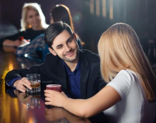 αντρας μιλαει και πινει ποτο με γυναικα στο μπαρ