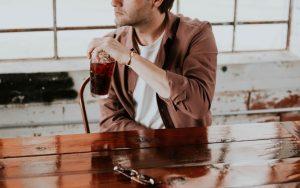 άντρας πίνει κόκα κόλα