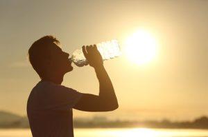 άντρας πίνει νερό μπουκάλι