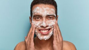 άντρας σαπουνίζει πρόσωπο τέλειο δέρμα