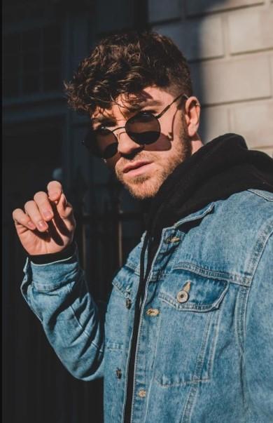 άντρας σγουρά μαλλιά γυαλιά ηλίου