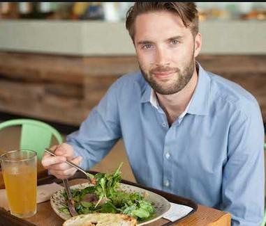 ανδρας τρωει λαχανικα