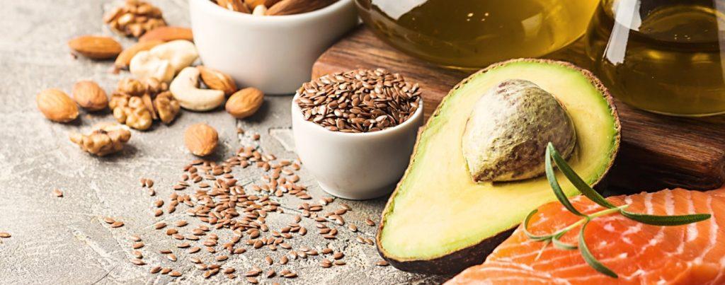 λάθη στο πρωινό: ακόρεστα λιπαρά σε avocados, ξηρούς καρπούς, σπόρους τσία και σολομό