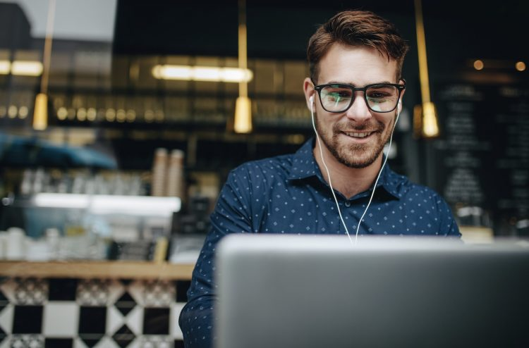 πως να βγάλεις χρήματα δουλεύοντας από το σπίτι ως freelancer