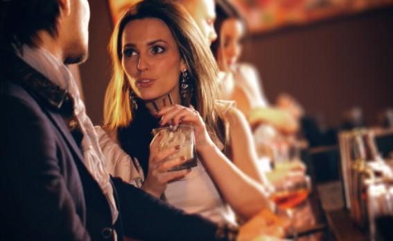 γυναικα πινει ποτο στο μπαρ