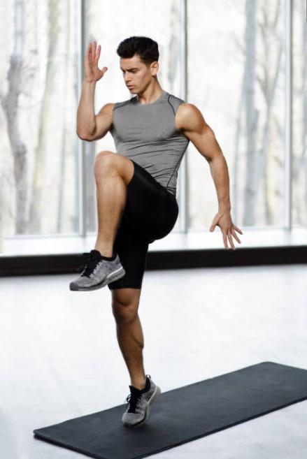 Αερόβια άσκηση: ψηλά γόνατα, high knees για χάσιμο λίπους και εκγύμναση τετρακεφάλων-γαμπών