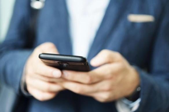 αντρας στελνει μηνυμα στο κινητο