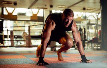 άσκηση για πόδια σε στρώμα γυμναστικής: mountain climbers, cardio και σύσφιξη κοιλιακών-μυών των ποδιών