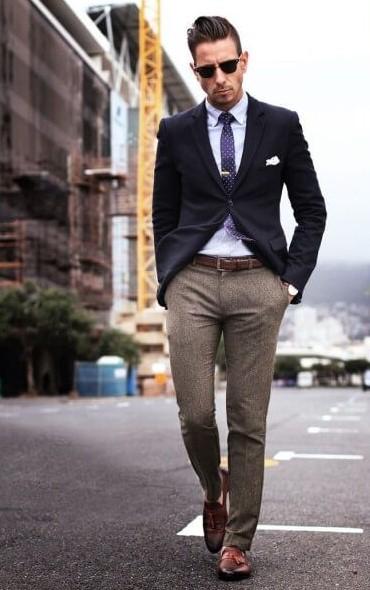 μπεζ παντελόνι μπλε σακάκι