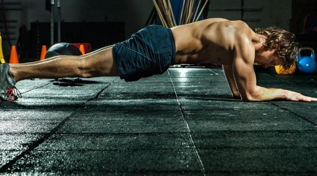 Άνδρας που κάνει σανίδα για σύσφιξη κοιλιακών-κορμού
