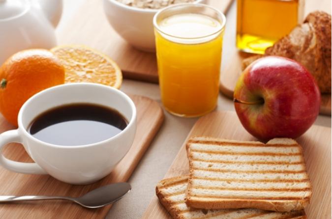 πρωινό με καφέ πορτοκάλι τοστ