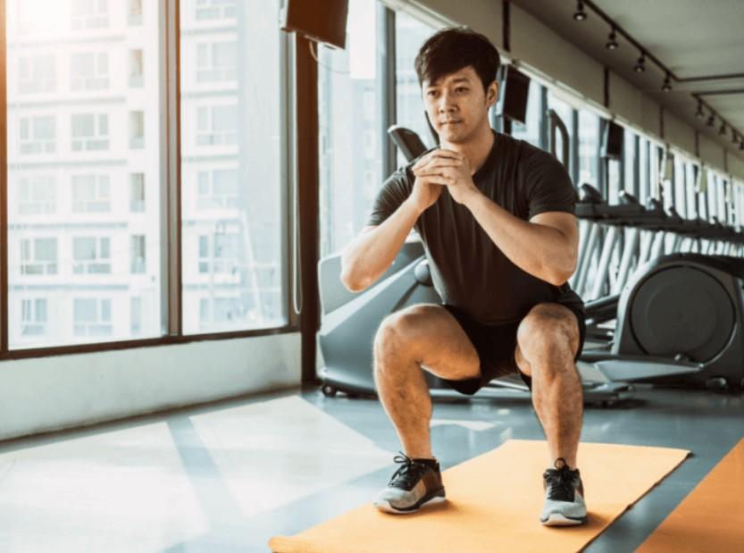5λεπτά workout: κάθισμα ή squat σε στρώμα γυμναστικής στο γυμναστήριο