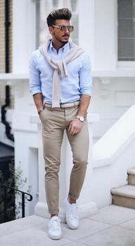 ανδρας με ζαχαρι παντελονι και γαλαζιο πουκαμισο