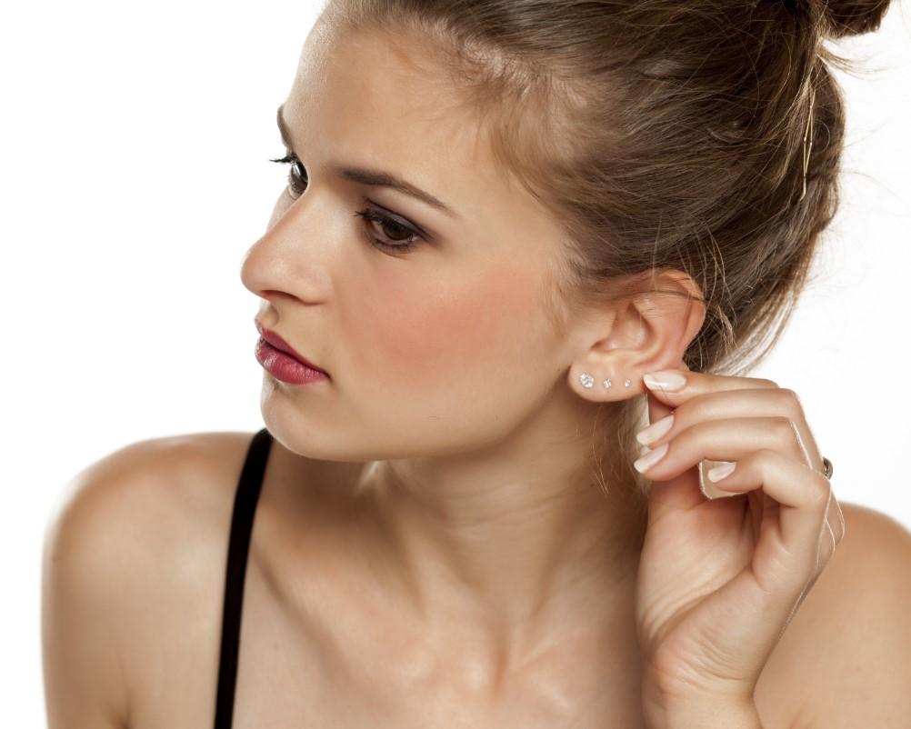 Ελκυστική γυναίκα ακουμπάει το αυτί της