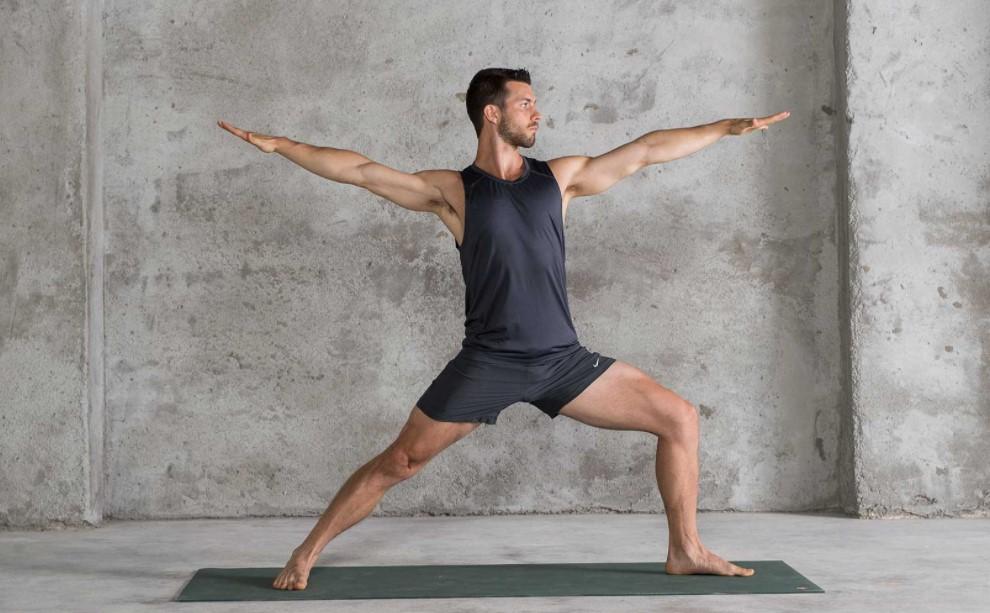 άντρας κάνει pilates διατάσεις