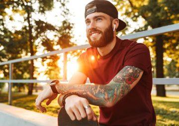 άντρας με μανίκι τατουάζ