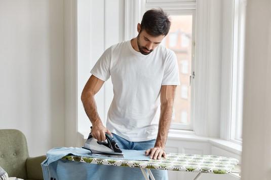 άντρας σιδερώνει πουκάμισο