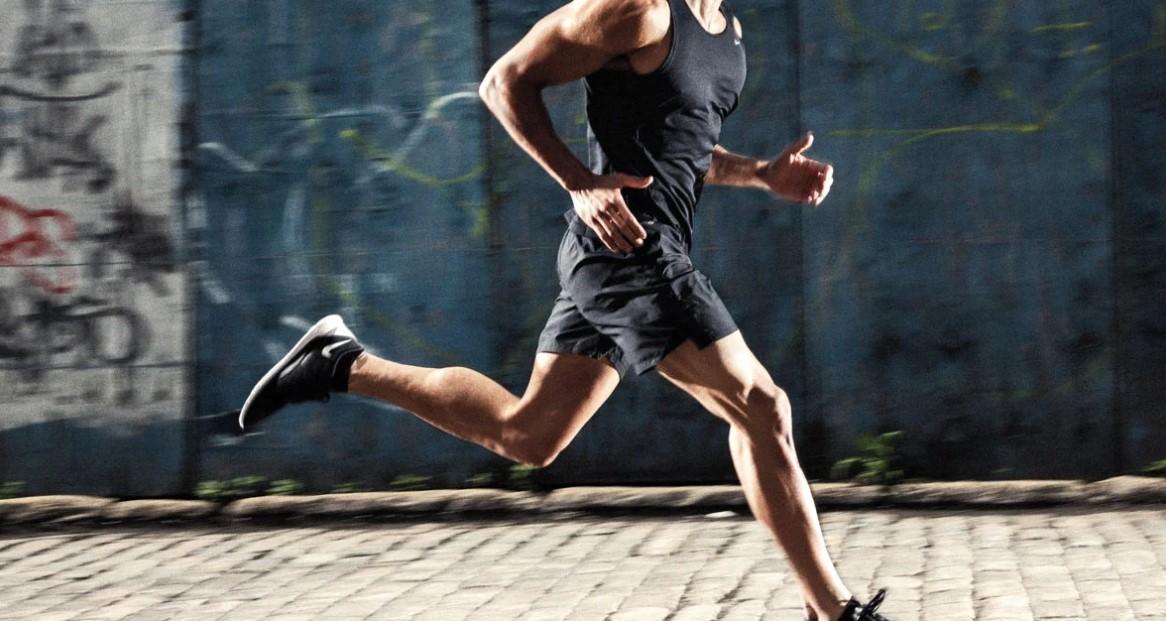 άντρας τρέχει σορτσάκι
