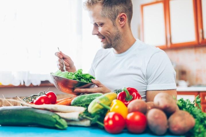 άντρας τρώει λαχανικά