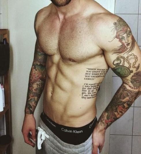 άντρας με ωραία τατουάζ